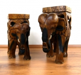 Prachtvolle *Elefanten mit Sitz auf dem Rücken*